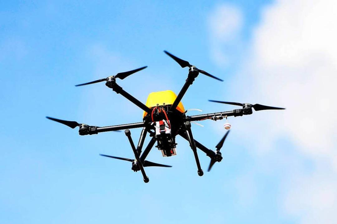 Ein Drohnenpilot hat laut Polizei mit ...en Rettungshubschraubers verunsichert.  | Foto: dpa