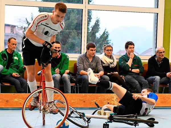 Artistische Aktionen auf dem Rad mit spektakulären Toren gab es am ersten Spieltag in Prechtal zu sehen.