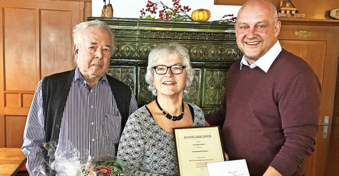 Roswitha Strohmeier wird in Wembach ve...chts Bürgermeister Christian Rüscher.   | Foto: Verena Wehrle