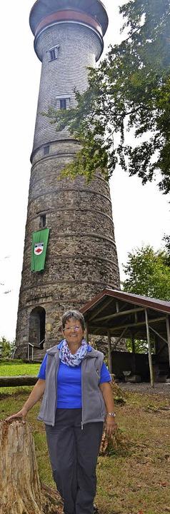 Vorsitzende Marita Sütterlin freut sic...uen Grill am Turm auf der Hohen Möhr.     Foto: Berger