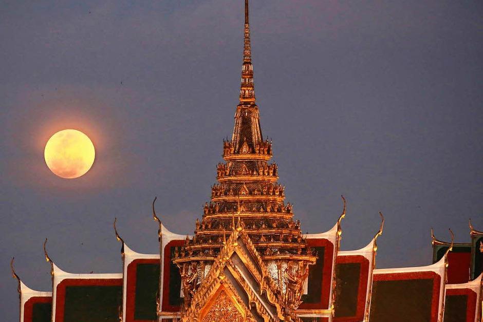 Thailand, Bangkok: Ein Supermond steht hinter dem Großen Palast am Himmel. (Foto: dpa)