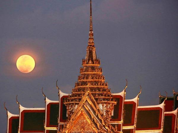 Thailand, Bangkok: Ein Supermond steht hinter dem Großen Palast am Himmel.