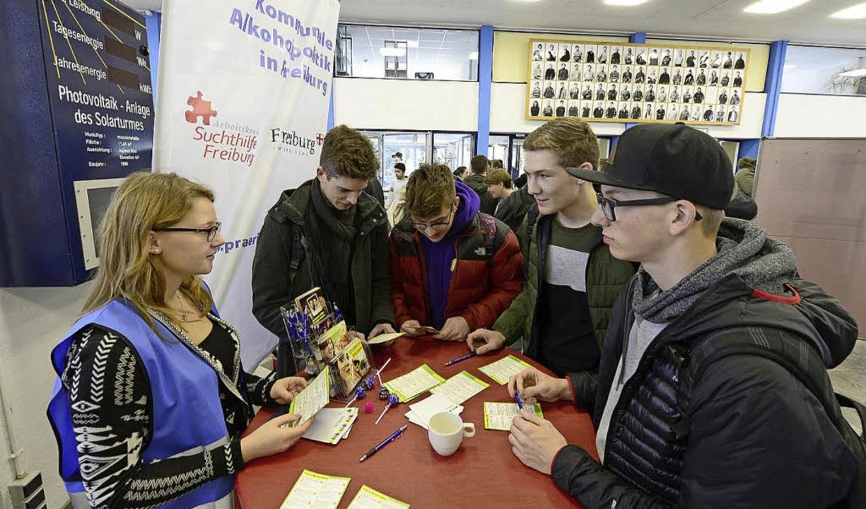 Jugendliche holen sich Tipps an den Infoständen.     Foto: Ingo Schneider