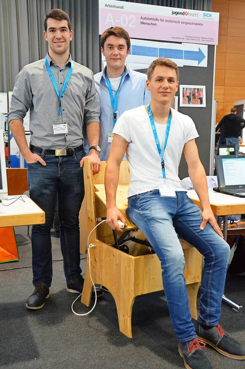 Eine motorisierte Aufstehhilfe für ält...Gantert und Robin Bächle (von links).     Foto: Sebastian Krüger