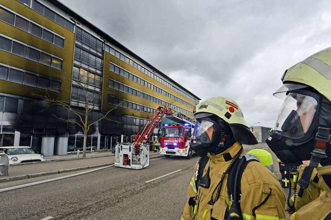 Beim Brand in einem Labor des Fraunhof... verletzten sich sechs Feuerwehrleute.  | Foto: Michael Bamberger