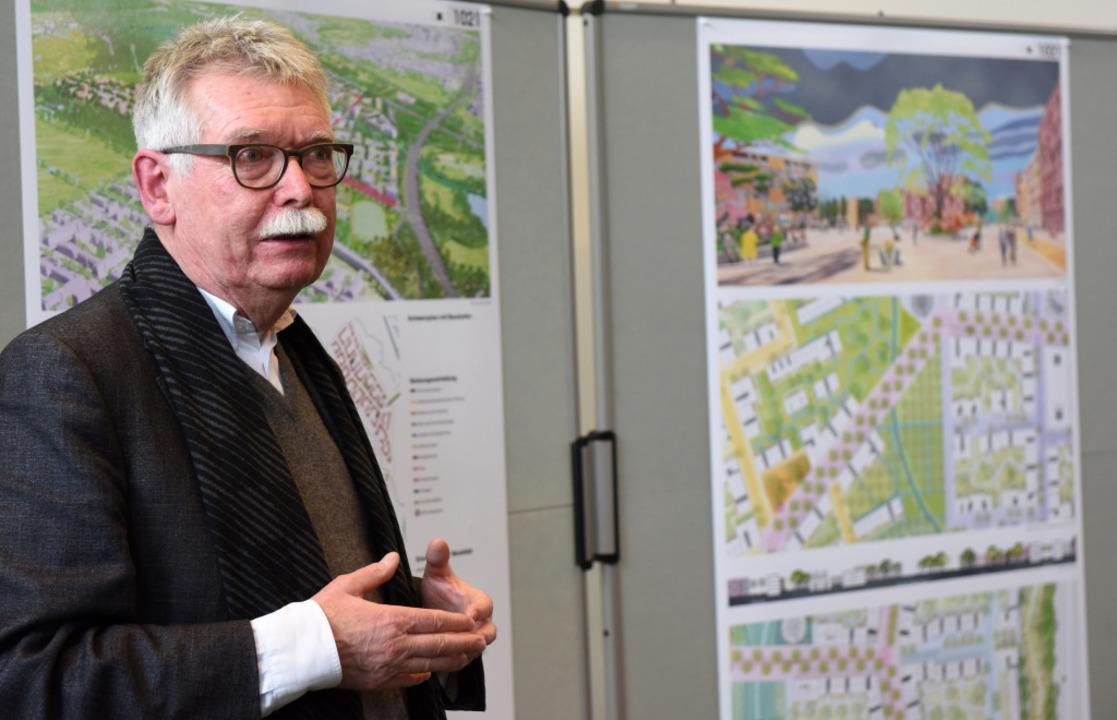 Die Siegerentwürfe werden auf einer Pr...stand der Jury Franz Pesch präsentiert  | Foto: Rita Eggstein