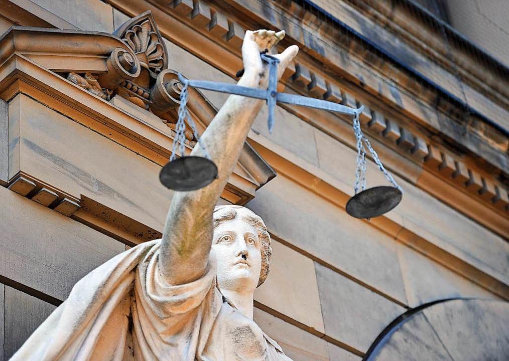Eine Statue der Göttin Justitia vor dem Gerichtsgebäude in Ulm  | Foto: dpa