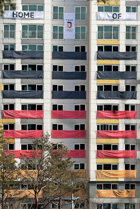 Die Nationalfarben Schwarz-Rot-Gold si...tiers im Olympischen Dorf angebracht.   | Foto: dpa