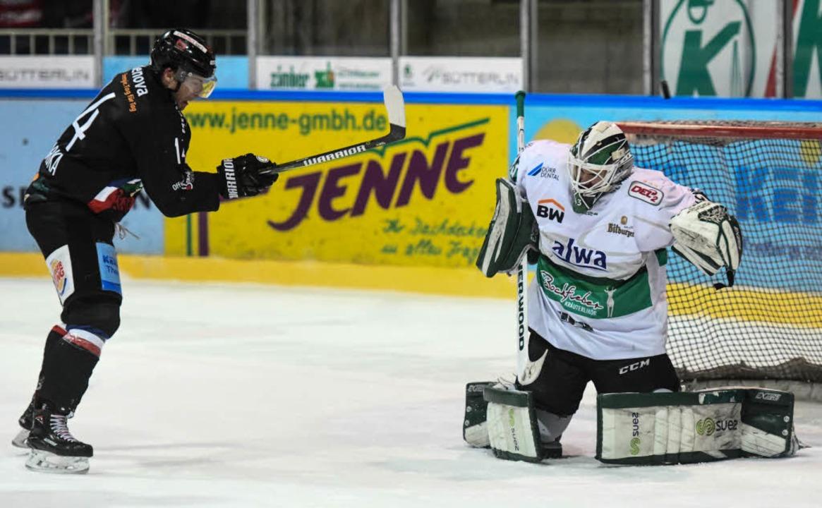 Jakub Babka (l.) im Duell mit Bietigheims Keeper  Ilya Sharipov.  | Foto: Patrick Seeger
