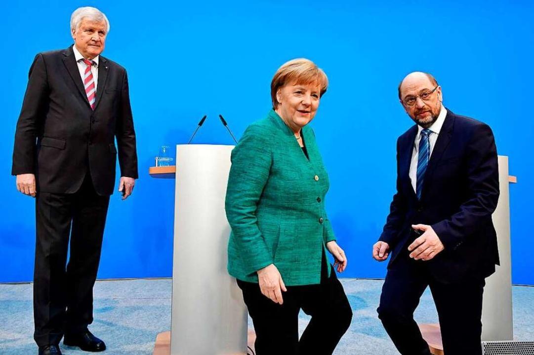 Sie haben zusammen einen Koalitionsver...der CDU und Martin Schulz von der SPD.  | Foto: AFP