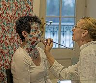 Facepainting-Aktion von Marga Golz in ihrer Ausstellung im Haus Salmegg in Rheinfelden