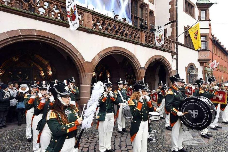 Die Breisgauer Narrenzunft versammelte sich erst zum Sternenmarsch auf das Rathaus, dann wurde das historische Gebäude gestürmt. Jetzt sind die Narren unter Führung von Oberzunftmeister Matthias Moser bis Aschermittwoch an der Macht. (Foto: Thomas Kunz)