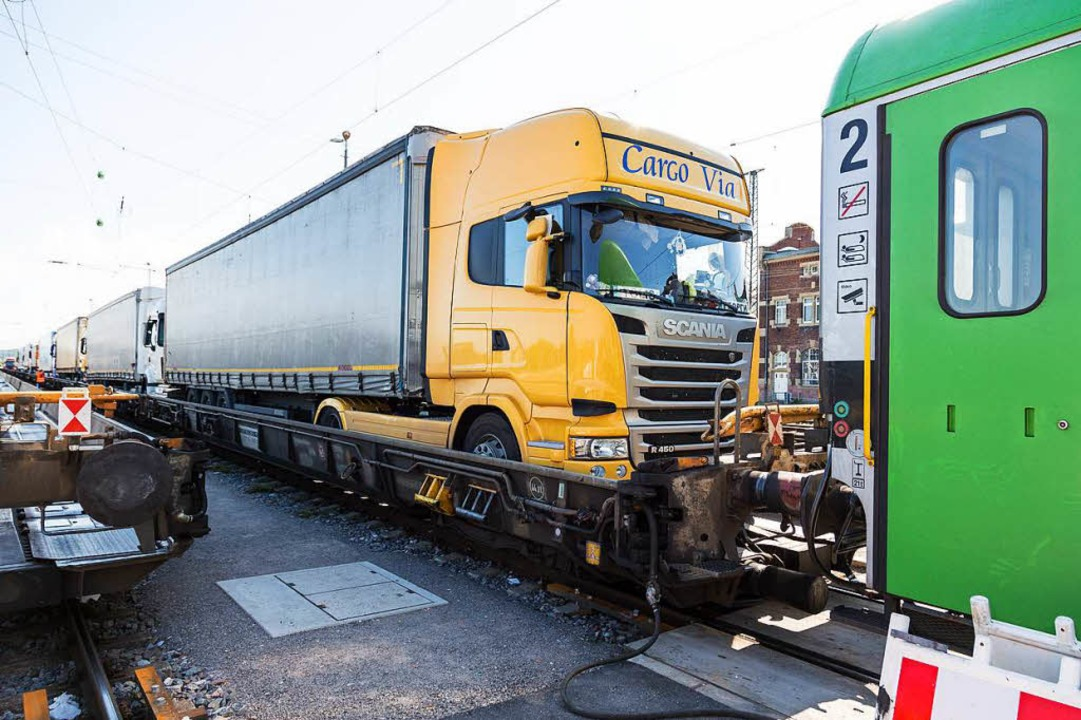 Lastwagen auf der Schiene (Archiv)  | Foto: Oliver Huber