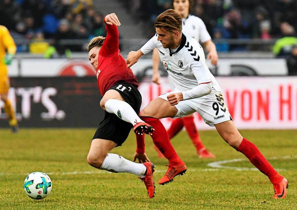 Der Freiburger Lucas Höler (rechts) versucht Felix Klaus den Ball abzujagen.  | Foto: dpa