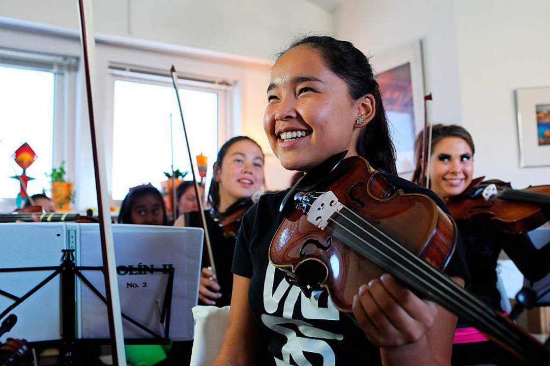Musik ist wie eine Medizin. Man sieht es diesen Mädchen an.  | Foto: Sascha Montag/Zeitenspiegel