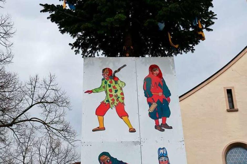 Der Narrenbaum mit den Symbolen der vier Krozinger Zünfte. (Foto: Hans-Peter Müller)