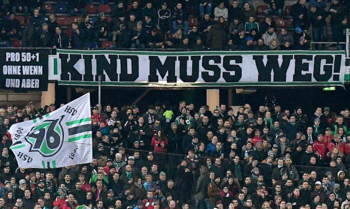 Hannover-Fans protestieren gegen den 96-Boss.  | Foto: dpa