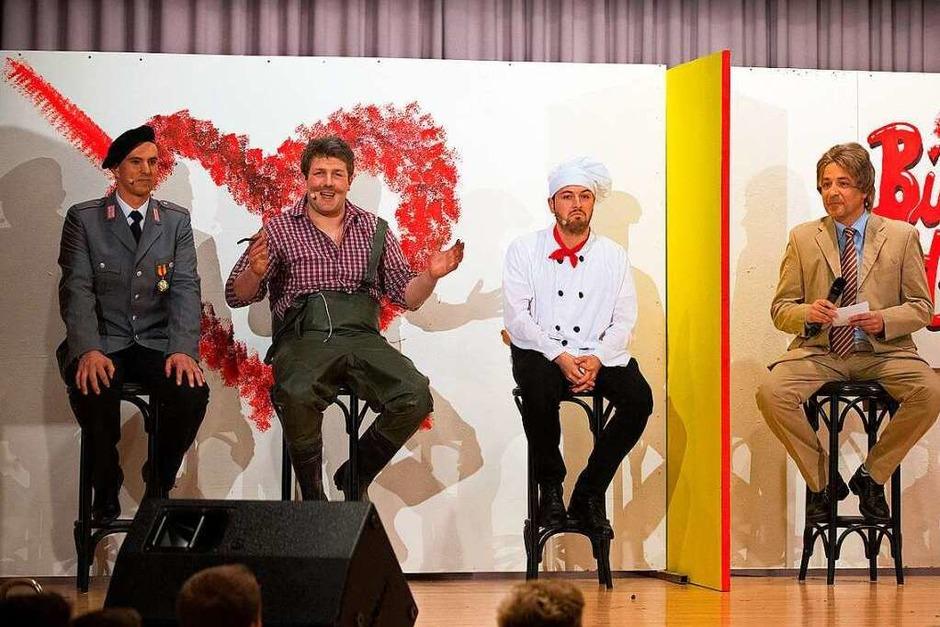 """Wer soll der neue Bürgermeister sein? Ein Soldat, ein  Fischzüchter oder ein  Pizzabäcker?  Der """"Alte"""" (Reinhard Feser, rechts) sollte den Nchfolger  wählen. (Foto: WolfgangScheu)"""