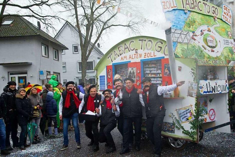 Die Mottowagen der Vereine sind eine Nuenburger Spezialität. (Foto: Volker Münch)