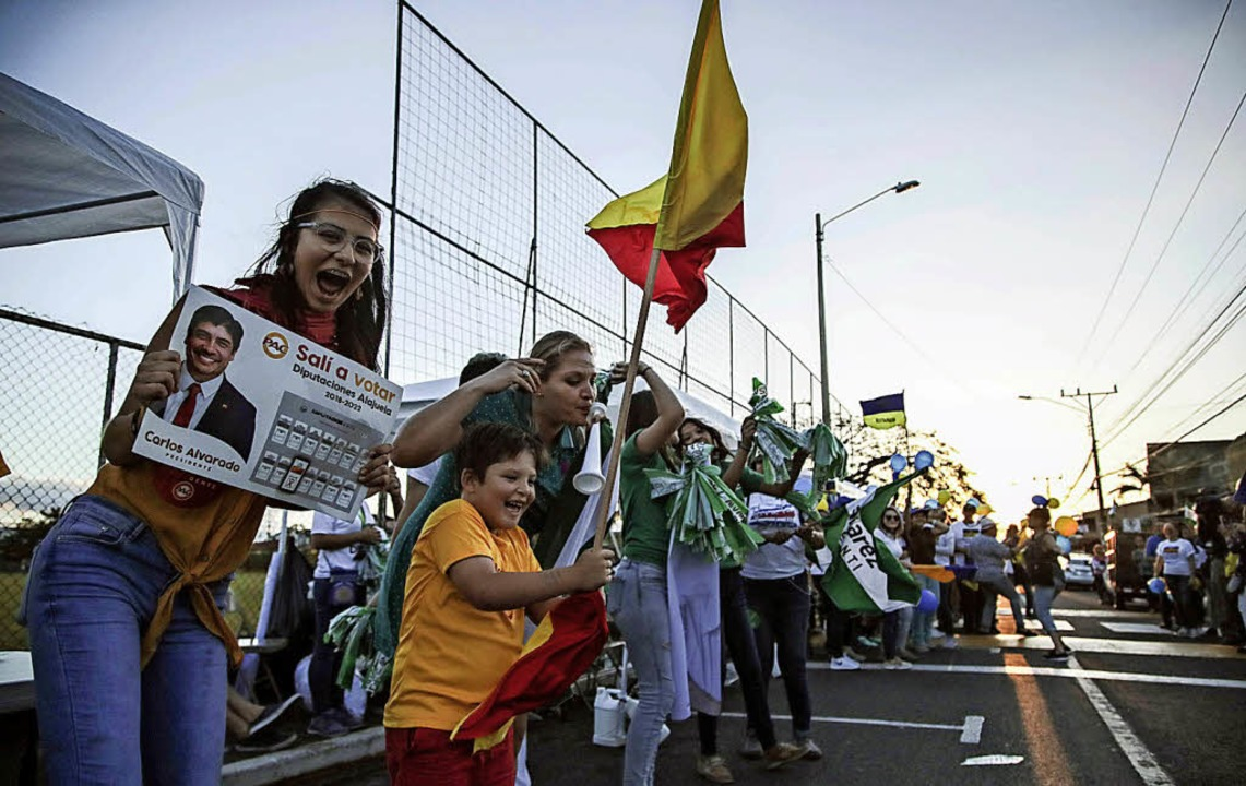 Anhänger von Kandidat Carlos Alvarado ... Alajuela, der Partnerstadt von Lahr.   | Foto: dpa
