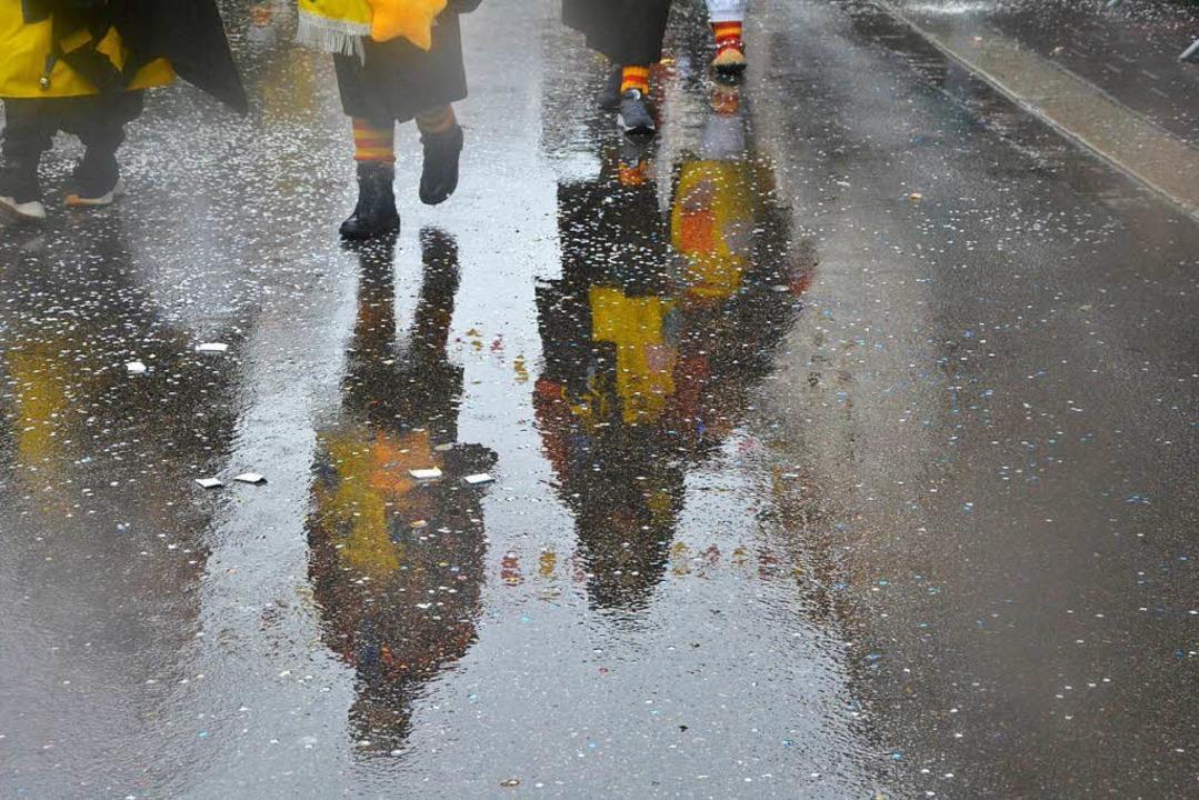 Regennass sind die Straßen zum Umzug.    Foto: Barbara Ruda
