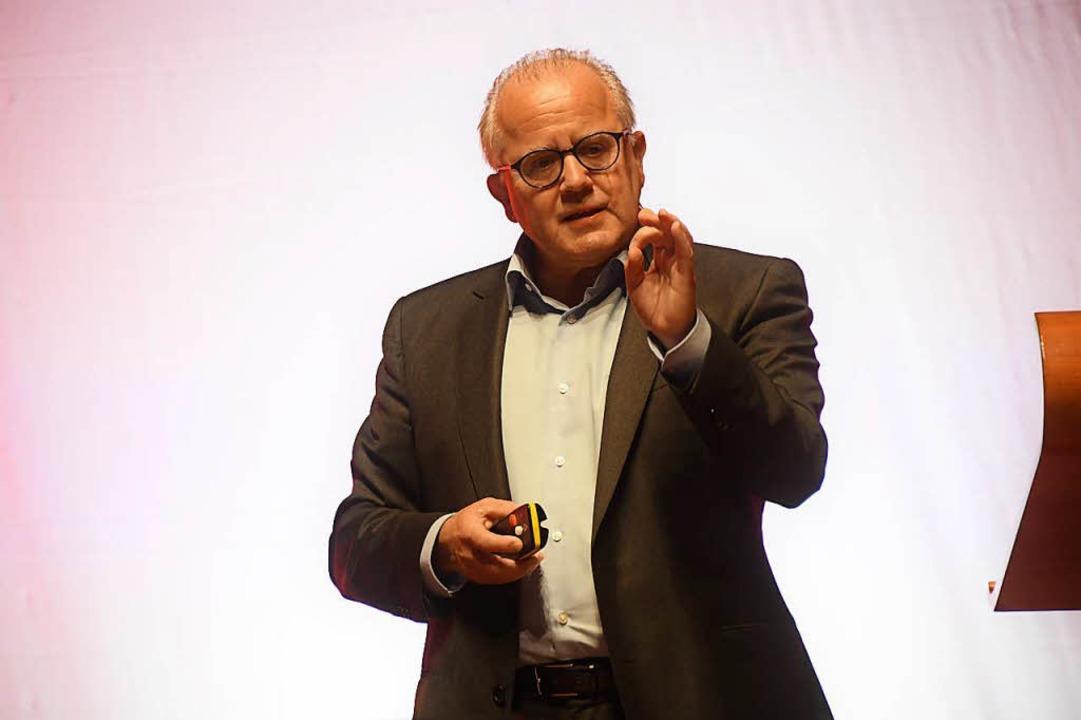 So fühlt er sich wohler: Fritz Keller ...t bei der Mitgliederversammlung des SC  | Foto: Achim Keller