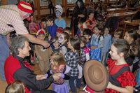 Clown Fuzy belustigt die Kinder im Pfarrheim