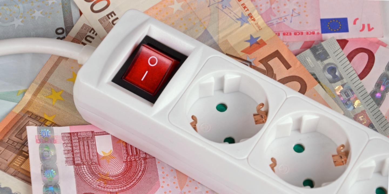 Über Steckerleisten lässt sich bei Stand-by-Geräten der teure Saft abdrehen.  | Foto: ©photo 5000 - stock.adobe.com