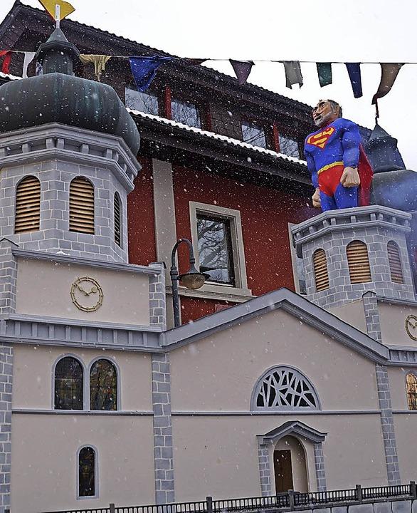 Platz 2: Die Brandenberger bauten die Kirche mit Pfarrer Schuler (re.) nach.    Foto: Verena Wehrle