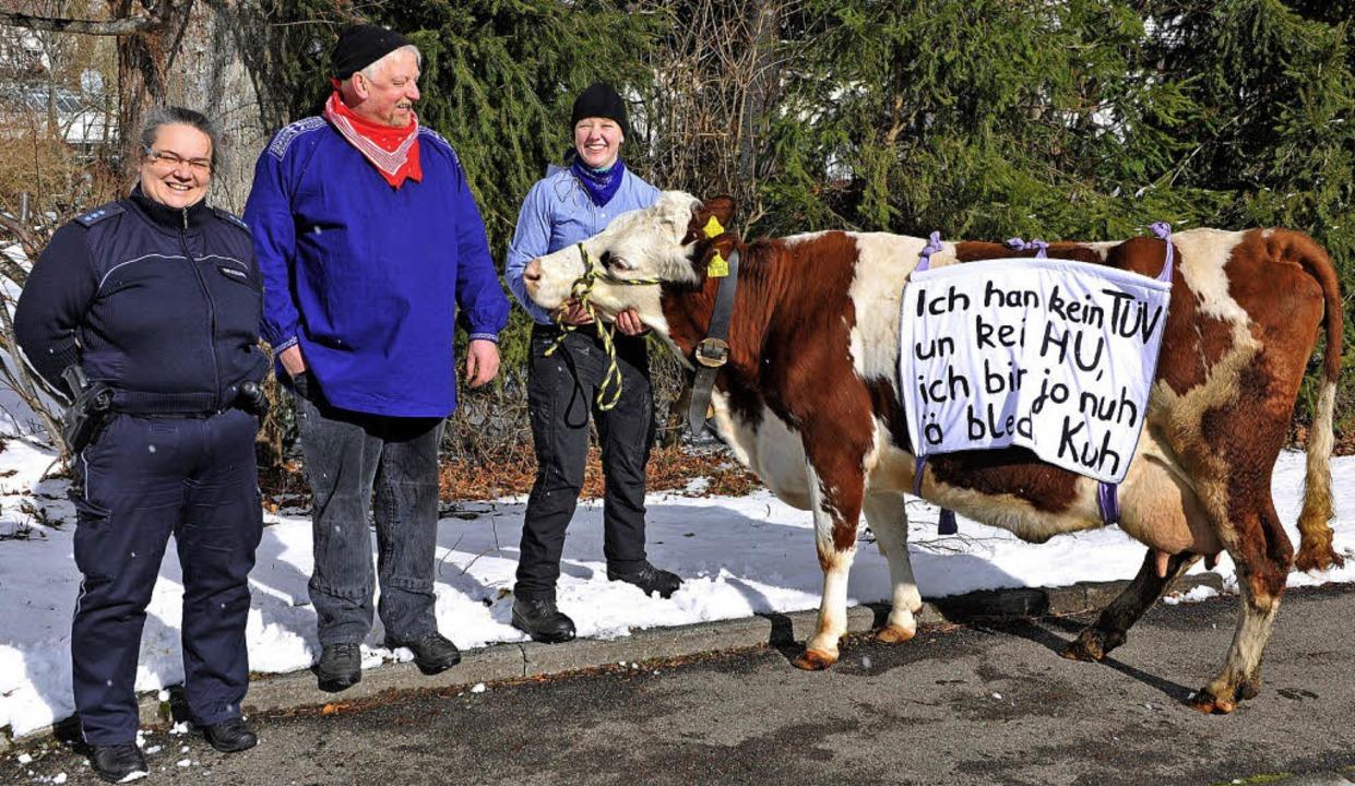 Bauer Vogelbacher und seine Kuh liefen ohne Umzugs-TÜV mit. Eine Strohberghexe.    Foto: Wolfgang Scheu