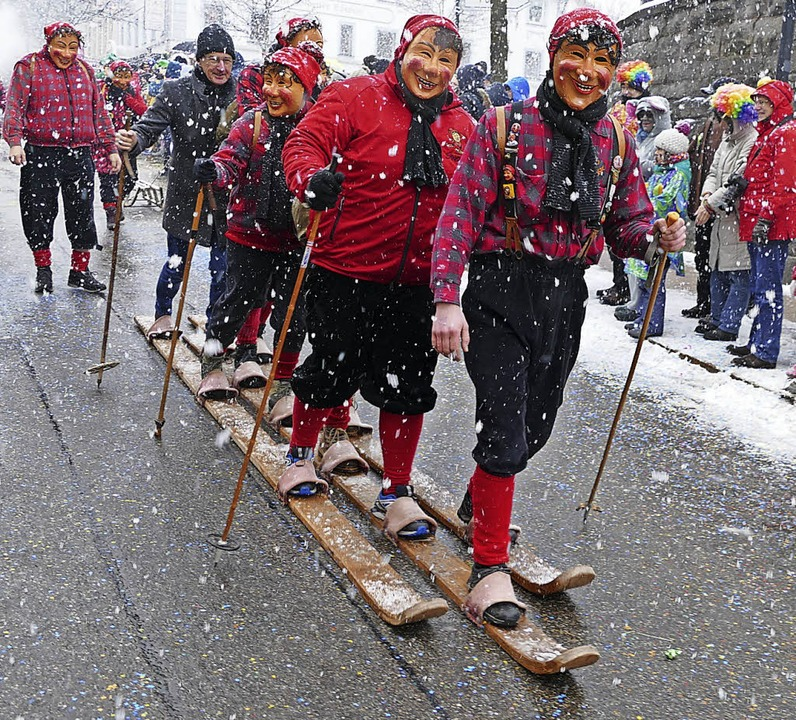 Mal Sonne, mal Schnee Fasnetmendigumzug in Neustadt    Foto: Peter Stellmach
