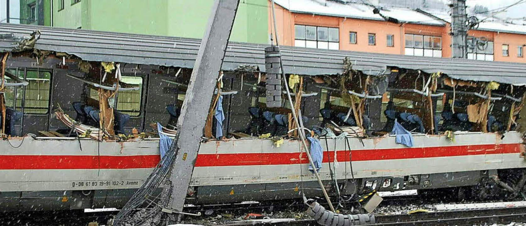 Die komplette Fensterfront eines Waggons wurde durch den Unfall aufgerissen.   | Foto: dpa