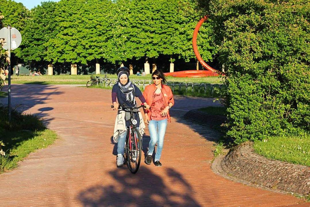 Geflüchtete Frauen und Frauen aus der Bevölkerung üben bei Bike Bridge zusammen.  | Foto: Bike Bridge Freiburg