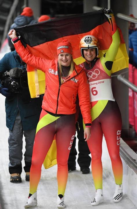Dajana Eitberger (links) und Natalie G...r freuen sich über ihren Doppelerfolg.  | Foto: AFP
