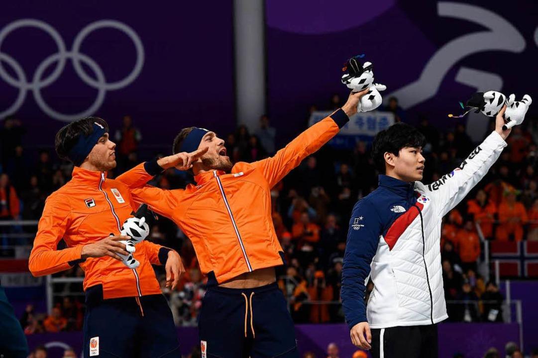 Läuft bei seinem Olympia-Debüt zu Gold: Kjeld Nuis (Mitte)  | Foto: AFP