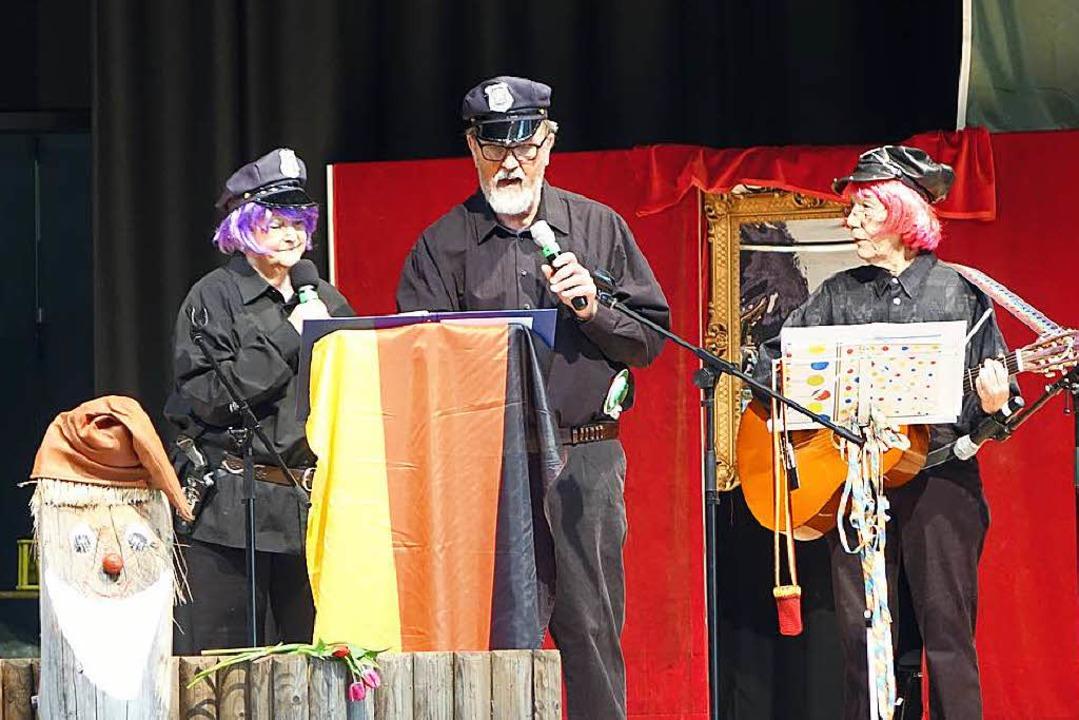 Die Dorfpolizisten  Hannelore und Herm...derstraß mit Ilse Maier an der Gitarre  | Foto: Katrin Dorfs