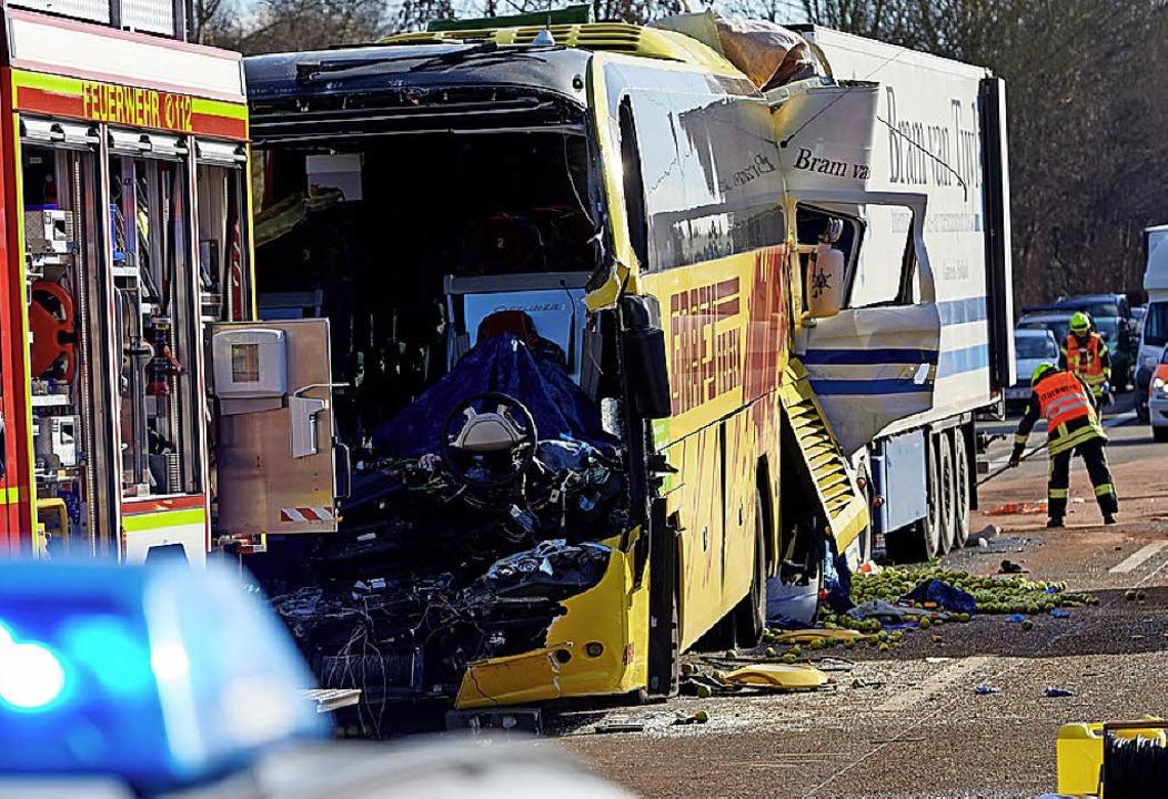 Der Bus wurde regelrecht eingeklemmt.   | Foto: dpa