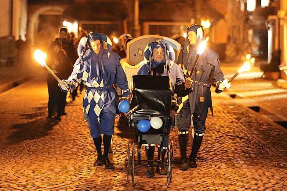 Mit dem traditionellen Trauerumzug und der Fasnetsverbrennung auf dem Marktplatz ging in der Nacht auf Aschermittwoch die Fasnetsaison der Schelmenzunft in Staufen zuende. (Foto: Hans-Peter Müller)