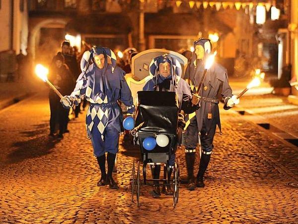 Mit dem traditionellen Trauerumzug und der Fasnetsverbrennung auf dem Marktplatz ging in der Nacht auf Aschermittwoch die Fasnetsaison der Schelmenzunft in Staufen zuende.