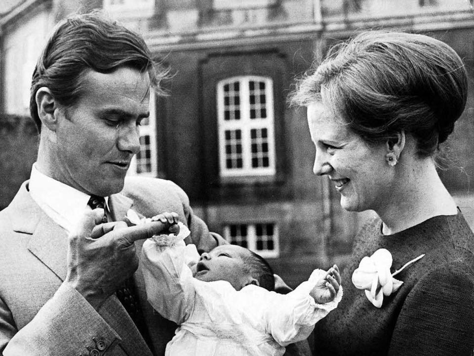 Ihren erstgeborenen Sohn Frederik präs...z Henrik am 01.06.1968 den Fotografen.  | Foto: dpa