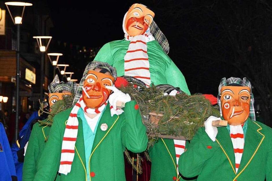 Die lebensgroße Latschari-Puppe wird vom Rathaus zum Oberrheinplatz getragen (Foto: Horatio Gollin)