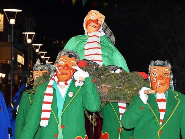 Die lebensgroße Latschari-Puppe wird vom Rathaus zum Oberrheinplatz getragen
