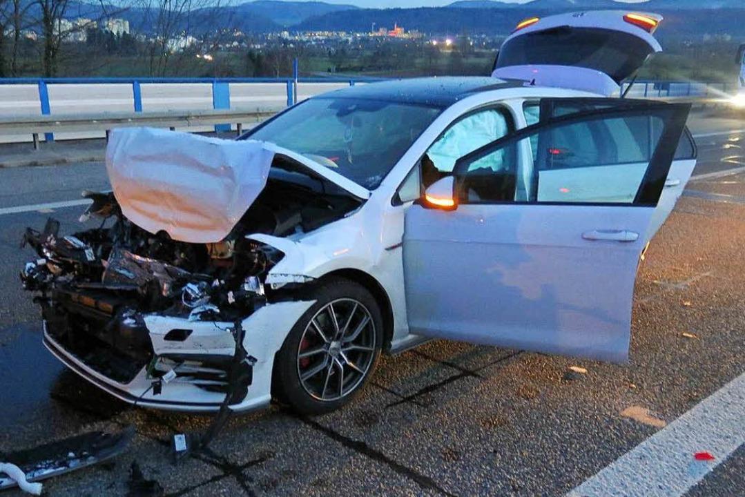 Bei einem Unfall auf der A861 wurden sechs Personen verletzt.  | Foto: Polizei