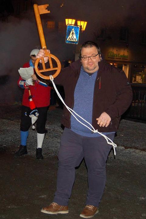 Gemeinderat Raphael Müller nimmt stell... den Schlüssel des Rathauses entgegen.  | Foto: Claudia Renk