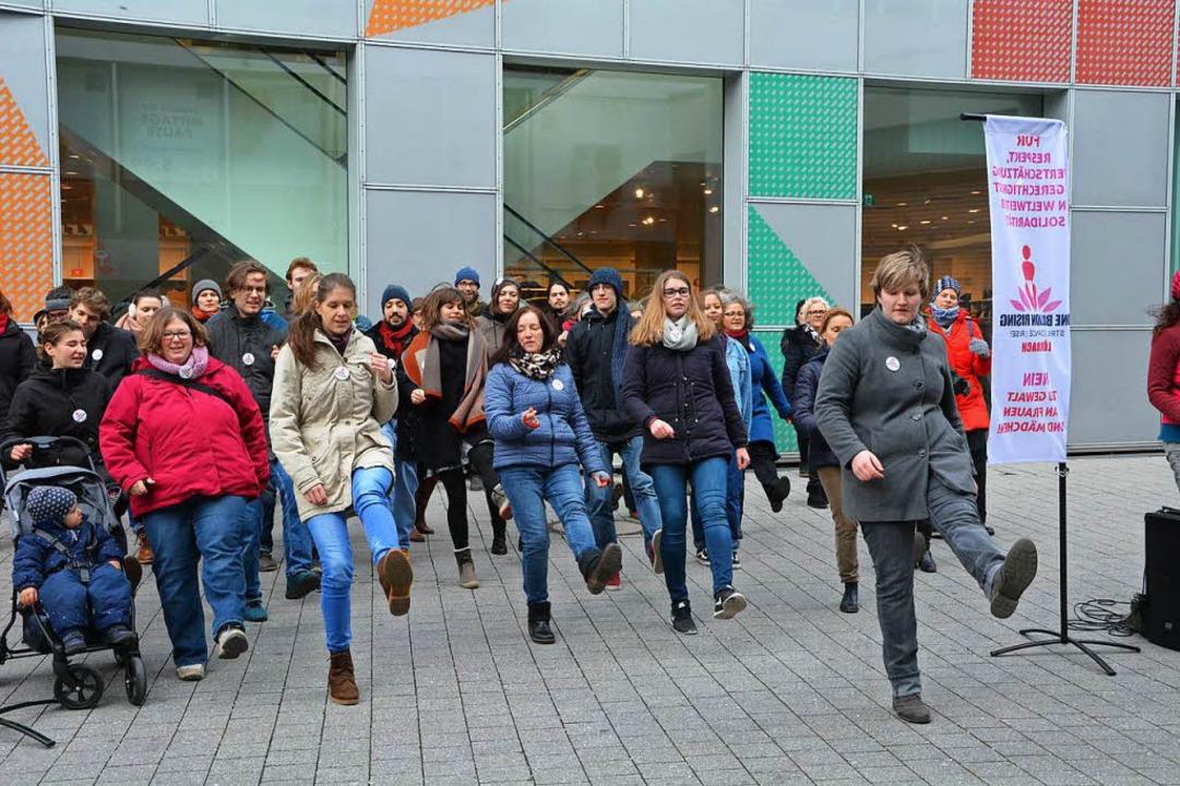 Frauen und Männer tanzten gestern in Lörrach gegen Gewalt an Frauen.  | Foto: Barbara Ruda
