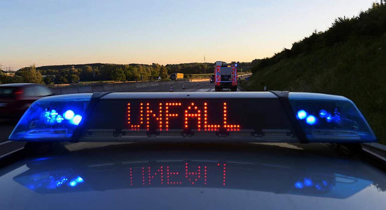 Nach dem tödlichen  Unfall auf der B31... der Verkehr örtlich umgeleitet werden  | Foto: dpa