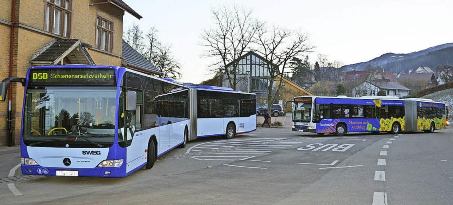 Schienenersatzverkehr während des Brückenabrisses in Niederwinden.  | Foto: Nikolaus Bayer