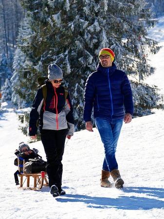 Die verschneite Landschaft rund um den Schauinsland ist ein Gedicht. Bei strahlendem Sonnenlicht genießen Wintersportler und Ausflügler den Schnee.