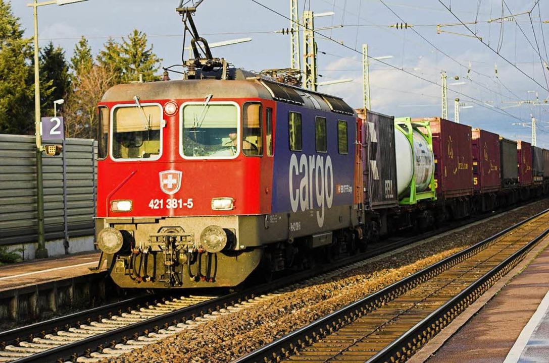 Um Güter- und Gefahrguttransporte auf ...eht es am Freitag in Efringen-Kirchen.  | Foto: Siegfried Gollrad