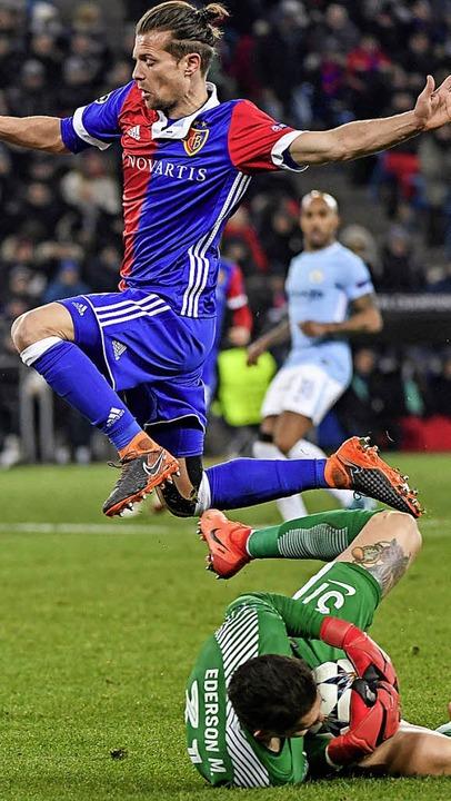 """Gut regenerieren"":  Basel...cker gegen Man-City-Torhüter Ederson    | Foto: G. Kefalas (dpa)"